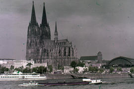 Photograph of the Cologne Cathedral (Kölner Dom) with main station and various buildings