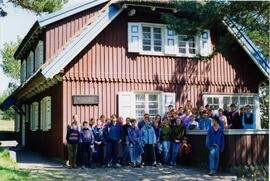 Photograph of a school group in front of the Thomas Mann Haus