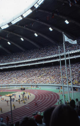 Photograph of the men's 800m semi-final, flag and torch