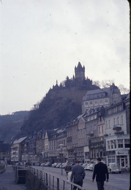 Photograph of houses, walkway and mountain in Cochem