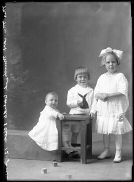 Photograph of the children of Muirhead/Murray