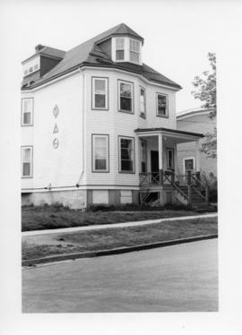 Photograph of the Phi Delta Theta fraternity house