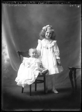 Photograph of the children of Mrs. James Swan